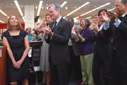 Jill Abramson, a la izquierda, aplaudida el día en que se anunció que sucedería a Bill Keller (centro de la imagen),  hasta ahora director  del <i>New York Times</i>.