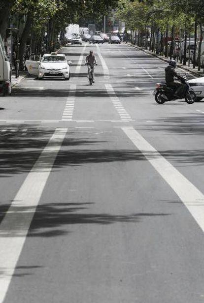 Un ciclista pasa por el nuevo carril bici de la calle Sagasta, en los bulevares.