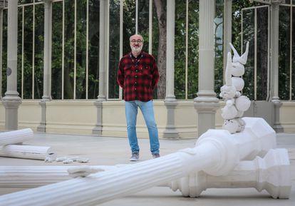 Pep Agut (en la imagen) ante una de sus obras, titulada 'Meridiano de Madrid: sueño y mentira', en el Palacio de Cristal de El Retiro.