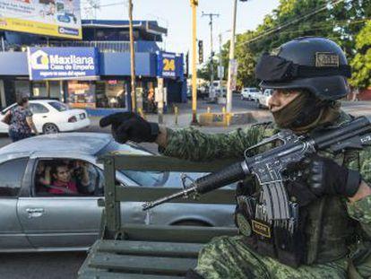 Miles de ciudadanos indefensos, decenas de militares retenidos y medio centenar de criminales fugados de prisión fue el saldo de una jornada que no será olvidada en Culiacán