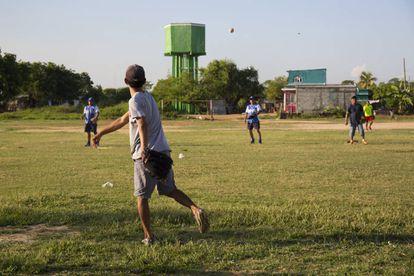 Niños jugando béisbol en la cancha en la que solía jugar el candidato presidencial