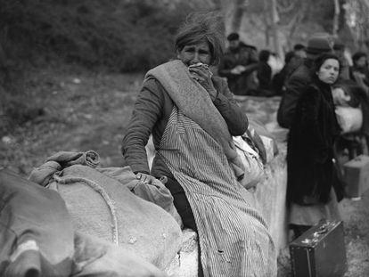 Varios españoles esperan para cruzar la frontera de Francia, en 1939.