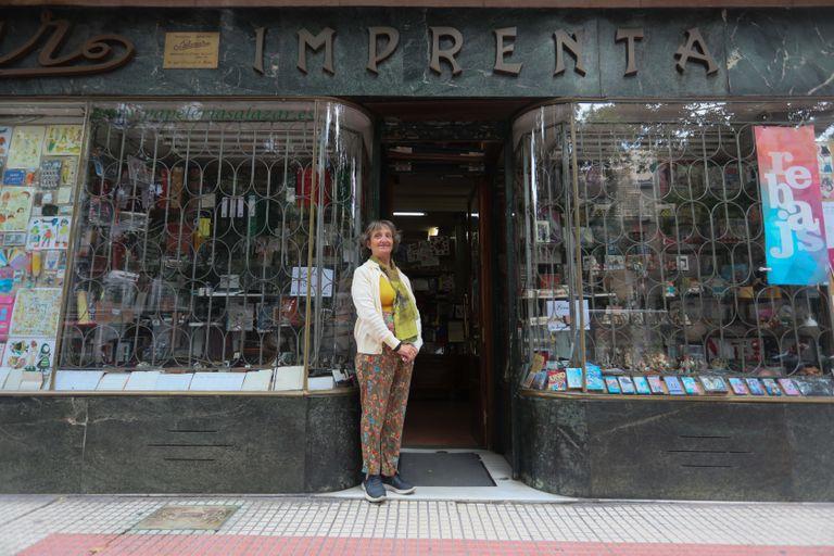 Ana Salazar, propietaria de la histórica papelería Salazar, fundada en 1905 en la calle Luchana.