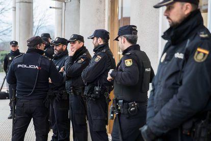 Despliegue policial a la entrada del juicio.