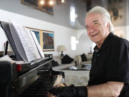 Unos guantes biónicos devuelven la capacidad de tocar a un pianista de 80 años.