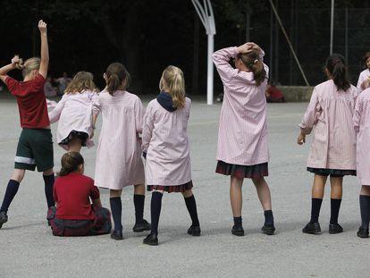 Alumnas de espaldas, en el patio del colegio solo para niñas La Vall, en Bellaterra, Barcelona. / Josep Garcia