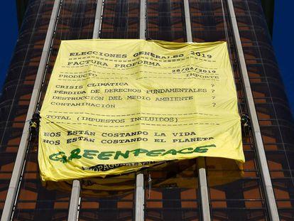 Pancarta de Greenpeace colgada en las torres de Colón de Madrid.