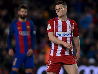 Gameiro reacciona tras una jugada en el Camp Nou.