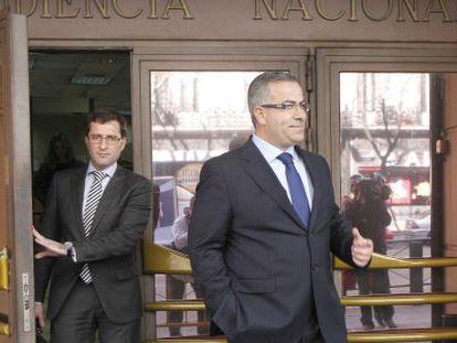 El empresario Ángel de Cabo (a la derecha) sale de la Audiencia Nacional, el 28 de febrero de 2012.