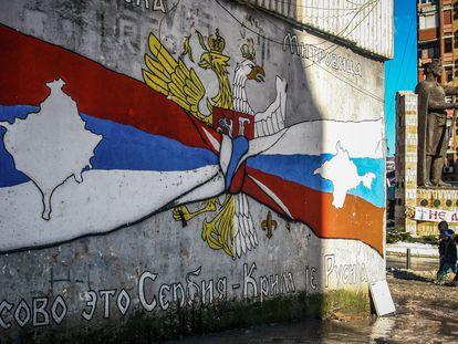 """Mural en la zona de mayoría serbia de Mitrovica con el mensaje """"Kosovo es Serbia, Crimea es Rusia"""", el pasado lunes."""