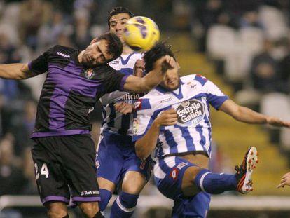Balenziaga despeja el balón ante Riki y Abel Aguilar