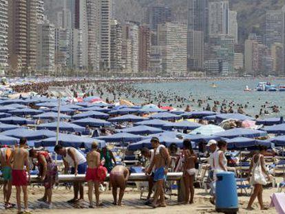 Los turistas abarrotan la playa de Benidorm en una imagen tomada este verano.
