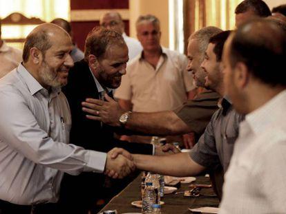 El dirigente de Hamás Jalil al Hayya (izquierda), a su llegada a una reunión con grupos palestinos en Gaza.