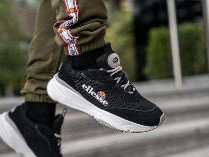 Las zapatillas Massello de Ellesse, la firma italiana que revolucionó la moda urbana en los ochenta, vienen pisando fuerte, con suelas generosas y su reconocible logo.