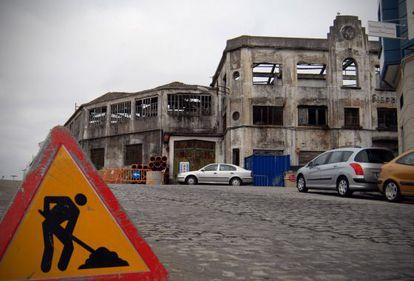Obras de demolición en la emblemática factoría ferrolana que han provocado las protestas de la oposición municipal y del colegio de arquitectos.