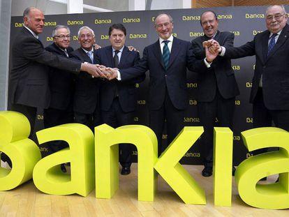 Rodrigo Rato, (tercero por la derecha), junto con los jefes de las otras seis cajas que componen Bankia, en marzo de 2011, unos meses antes de la salida a Bolsa.