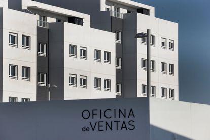 Varios bloques de viviendas en venta, en una foto tomada en marzo en Madrid.