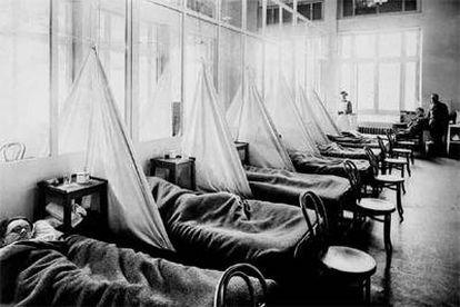 Un frente aún peor que la guerra. La propagación de la gripe española se vio ayudada por los movimientos de tropas y por el hacinamiento en los hospitales de campaña, como éste del ejército de EE UU en la ciudad francesa de Langres, a finales de 1918.