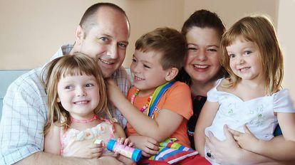 Una pareja y sus tres hijos.