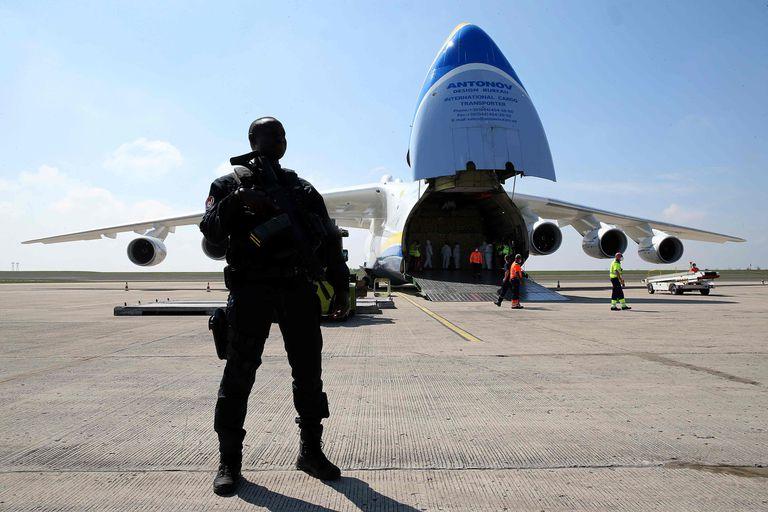 Un avión con equipamiento sanitario chino llega el 19 de abril al aeropuerto París-Vatry (Francia).