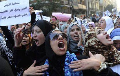 Mujeres egipcias participan en la manifestación convocada para pedir que se respeten sus derechos, hoy en El Cairo