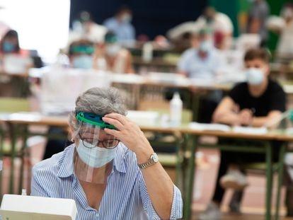 Varias personas, en el colegio electoral en Burela (Lugo), localidad confinada por uno de los rebrotes de la covid-19.