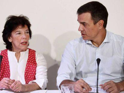 El presidente del Gobierno en funciones, Pedro Sánchez, y la ministra de Educación, Isabel Celaá, durante su reunión de este martes con organizaciones educativas. En vídeo, declaraciones de la presidenta del PSOE, Cristina Narbona.