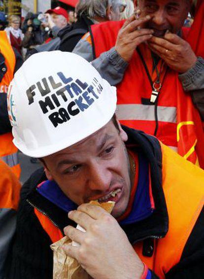 Foto de archivo de un empleado de ArcelorMittal en Florange durante una protesta en contra de los planes de la empresa.