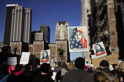 La marcha de las mujeres en Nueva York se preveía como una de las más multitudinarias, con unos 85.000 manifestantes registrados en el evento en internet, aunque la organización apuntó que la cifra real acaba siendo superior. Según la oficina del alcalde, en 2017 fueron 400.000. En la imagen, ambiente de la manifestación en Nueva York.
