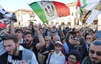 Tras la victoria de la Roma ante el Nápoles, los hinchas de la Juve han salido a la calle a festejar el scudetto.