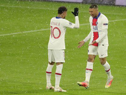 Mbappé y Neymar celebran la victoria del PSG en Múnich.