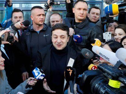 Volodymyr Zelenskiy tras hacerse una prueba de drogas y alcohol, el 5 de abril en Kiev. En vídeo, los anuncios en los que Poroshenko y él se retan a un debate.