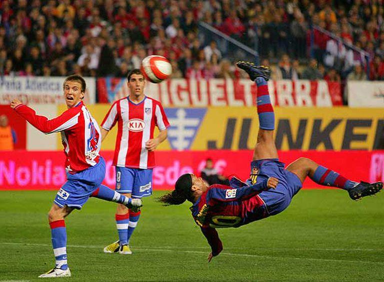 Ronaldinho remata de chilena en el Calderón.
