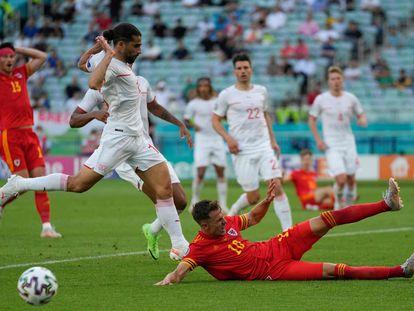 Ramsey le roba el balón a Ricardo Rodríguez durante el partido entre Gales y Suiza, este sábado en Bakú (Azerbaiyán).