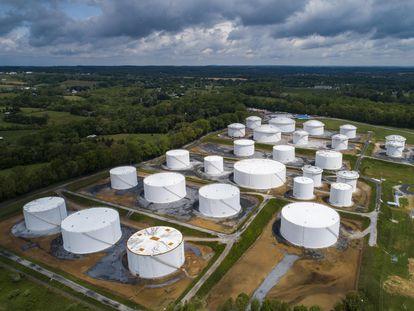 Depósitos de combustible en una planta de Colonial en Woodbine (Maryland), este sábado.