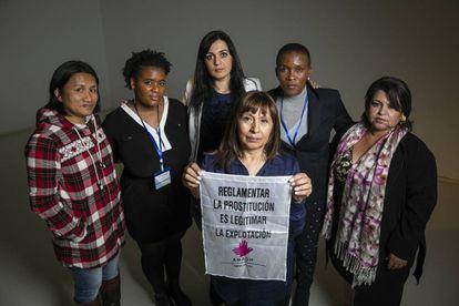 De izquierda a derecha Mules Paredes, Melanie Thompson, Amelia Tiganus, Graciela Collantes (con el cartel), Mickey Meji y Beatriz Rodríguez, supervivientes de trata.