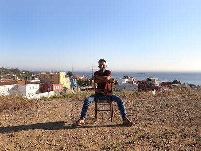 Zouaki El Mehdi en el asentamiento de chabolas en Ceuta donde vive desde que cruzó a nado la frontera en mayo de 2021.