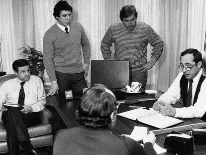 Andrew Cuomo (de pie, izquierda) asiste a una reunión de su padre, Mario Cuomo, entonces gobernador de Nueva York, en 1978.