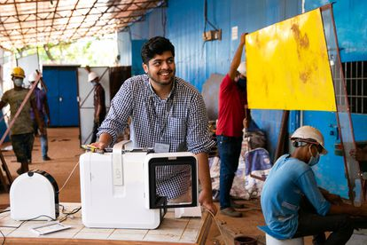 El nepalí Kuldeep Bandhu Aryal reside en Dacca, Blangladés. Allí se conectó con universidades que pudieron  ayudarlo con impresoras 3D. Movilizó recursos y en unas semanas estaba produciendo protectores faciales para su comunidad. En la foto, del 29 de agosto de 2021, está en el Centro de Producción BRAC Kuchubunia en Cox's Bazar, Bangladés.