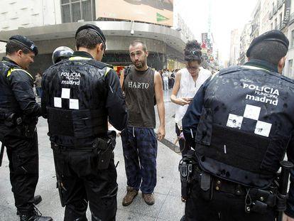 La policía pidiendo los documentos de identidad, en la entrada de la Puerta del Sol, en Madrid en 2019.