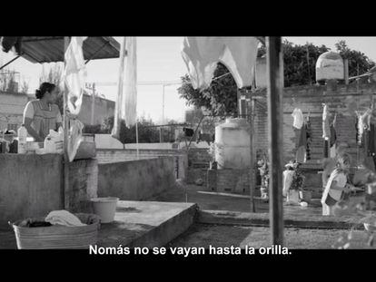 Una escena de la película 'Roma' con subtítulos en español latinoamericano.