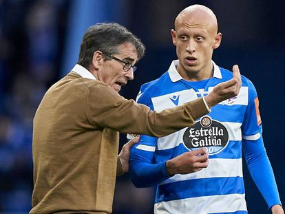 Fernando Vázquez le da instrucciones a Mollejo en un partido de Liga.