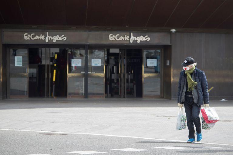 Un cliente sale del Supermercado de El Corte Inglés de la Plaza Cataluña de Barcelona.
