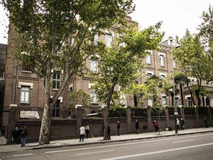 Ciudadanos hacen cola para recoger comida, en Madrid, en abril.