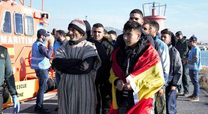 Un grupo de hombres rescatados intentando llegar a España a su llegada al puerto de Motril el pasado día 9.