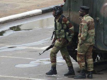 Los militares afirman que el presidente Mugabe, de 93 años, está a salvo y niegan que se trate de un golpe de Estado