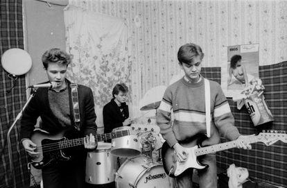 Héroes del Silencio at the time of the trio with guitarist Juan Valdivia (right), in Zaragoza, 1985.
