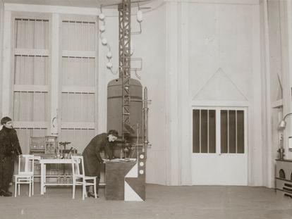 Representación en París en los años 20 del obra , R.U.R. (Robots Universales Rossum), de Karel Čapek