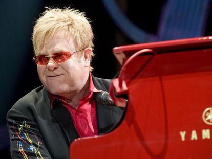 El cantante Elton John durante el concierto en el Palau Sant Jordi de Barcelona en 2009.