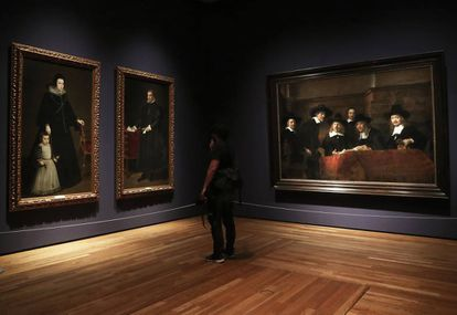 'Los síndicos', de Rembrandt dialogan con dos retratos de Velázquez de 1632.
